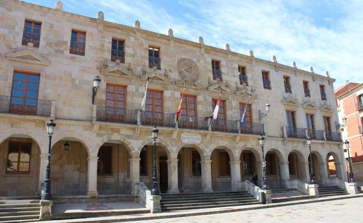 Foto 1 - El Ayuntamiento convoca un minuto de silencio por la mujer asesinada en Salas de los Infantes