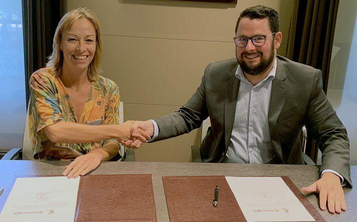 Bárbara Apraiz y Alfredo García en la firma del convenio. /CCISS