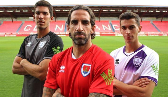 Los tres capitanes rojillos con las indumentarias para la temporada 2019-2020. /CDN