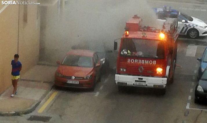 Intervención de los bomberos en el incendio del vehículo en la calle Las Casas. /SN
