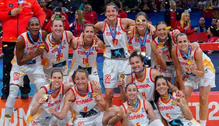 Cristina, primera por la derecha abajo, celebrando el triunfo. /feb.es