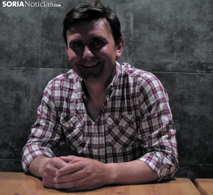 Carlos Castro sonríe después de su entrevista.