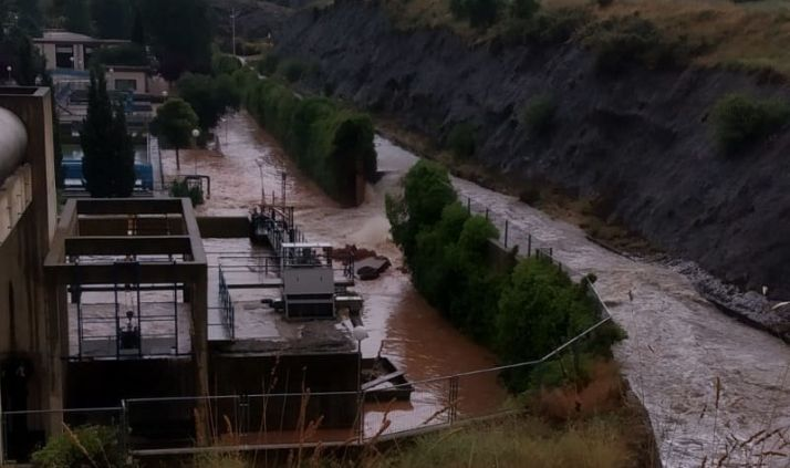 La avenida de agua revienta un muro de la depuradora