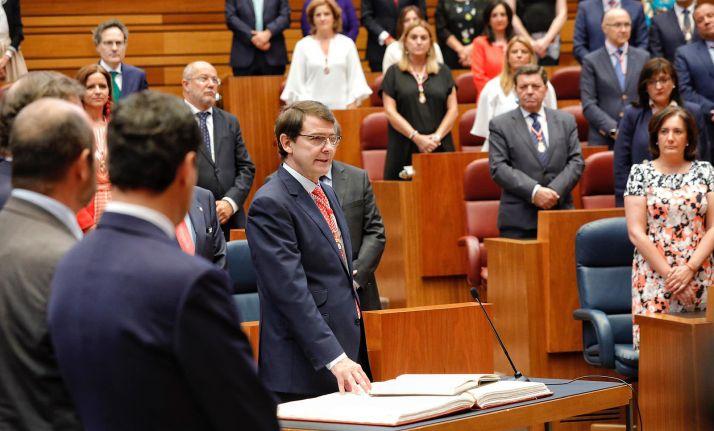 El salmantino, jurando su cargo en las Cortes regionales.