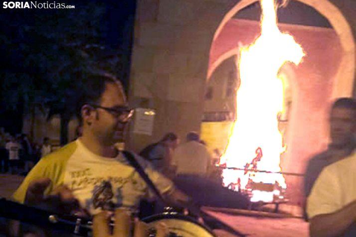 La hogera de San Lorenzo cierra las fiestas del barrio. /SN