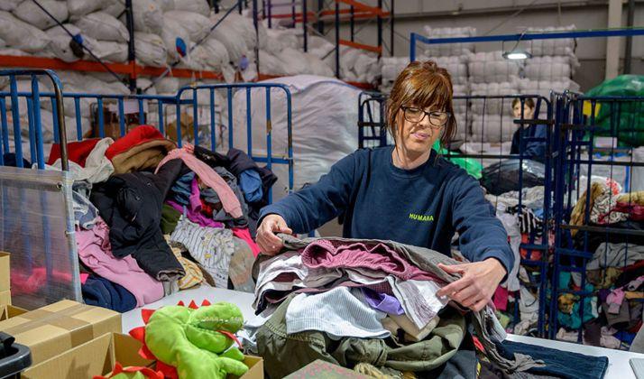 Una operaria de Humana en labores de clasificación de ropa.
