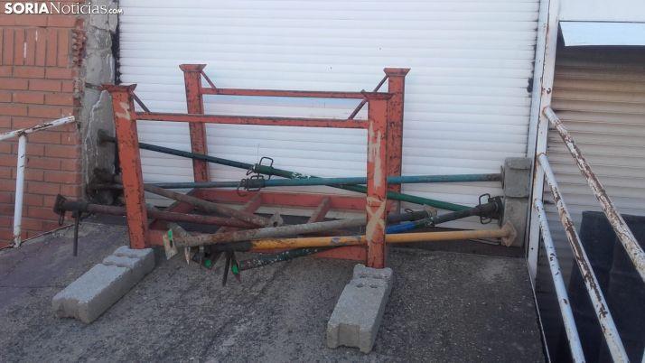 Puerta de un negocio obstruida para evitar la entrada de ladrones. /SN
