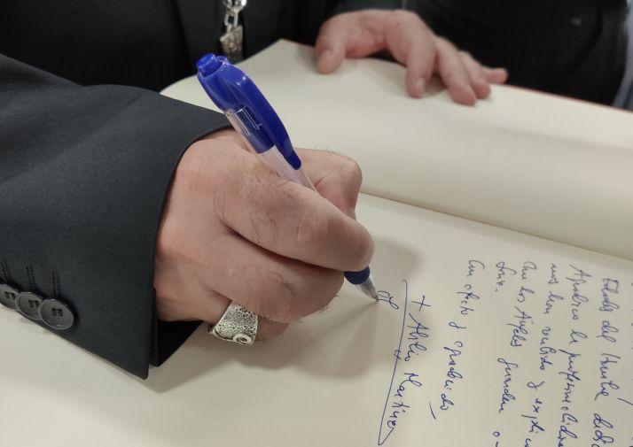 Abilio Martínez Varea firma los nombramientos.