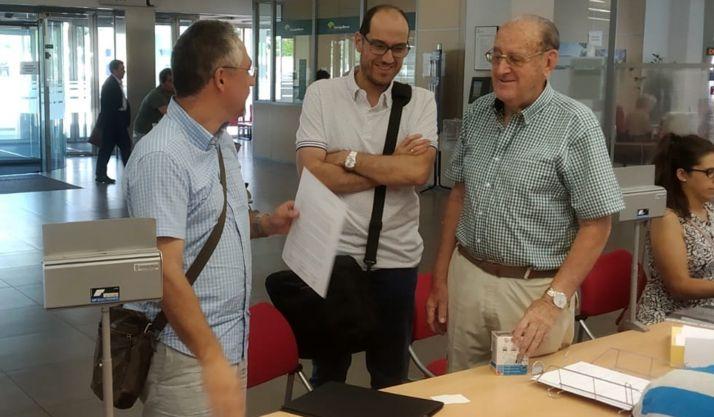 Carlos Vallejo (izda.), Fernando Arévalo y Goyo Sanz en el registro de la petición.