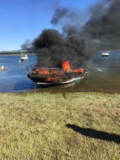 La barca incendiada esta tarde de miércoles. /Cedida