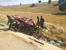 Los bomberos y el vehículo siniestrado. /SN