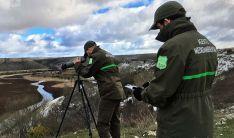 Dos agentes de la Junta en labores invernales. /Apamcyl