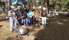 Los cocineros y voluntarios en la preparación del guiso. /SN