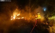 Un bombero de la Diputación en un fuego forestal nocturno. /SN