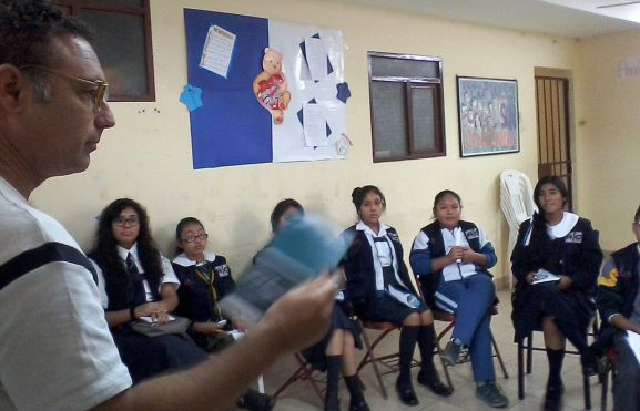 Jesús Antonio Fernández Olmedo en una escuela boliviana.
