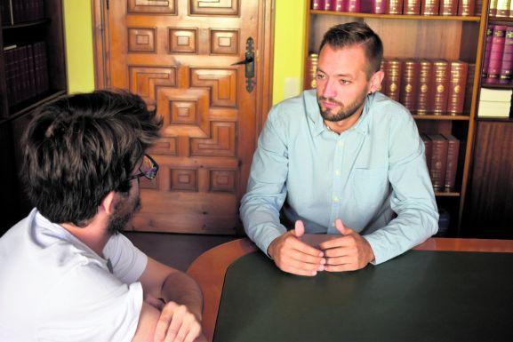 Manu Salvador, concejal de Deportes en el Ayuntamiento de Soria, pasa por el Rincón de Soria Noticias.