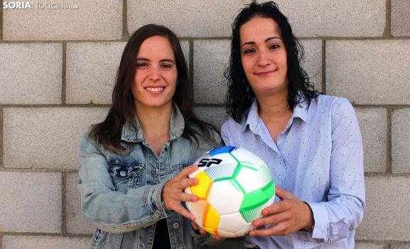 María Uriel y Vanesa Soria sujetan un balón en el nuevo José Diago. SN