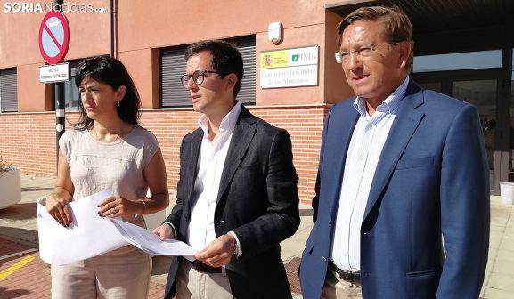 Laura Prieto, Tomás Cabezón y Gerardo Martínez este miércoles frente a la entrada del Centro de los Alimentos. /SN