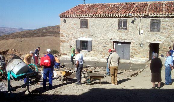 Labores de reconstrucción del pueblo. /AAS