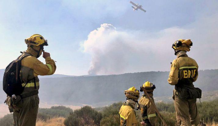Miembros de las BRIF contemplan las labores de un hidroavión en el incendio. /BRIF