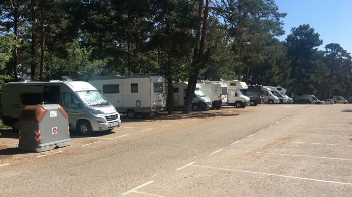 Autocaravanas estacionadas en Playa Pita este fin de semana. /ASOHTUR