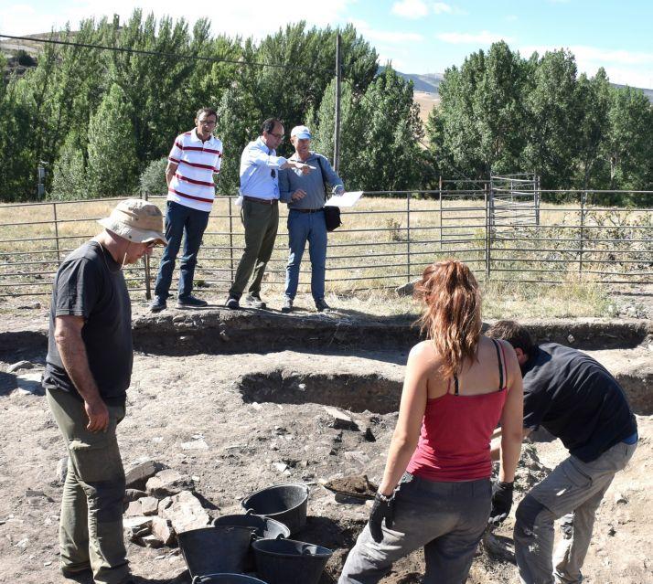 Foto 2 - Las labores en el yacimiento de Los Casares delimitarán una vivienda tardo-visigoda del siglo VII