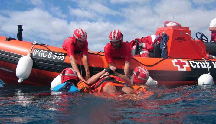 Efectivos de Cruz Roja realizan un rescate acuático en una imagen de archivo.