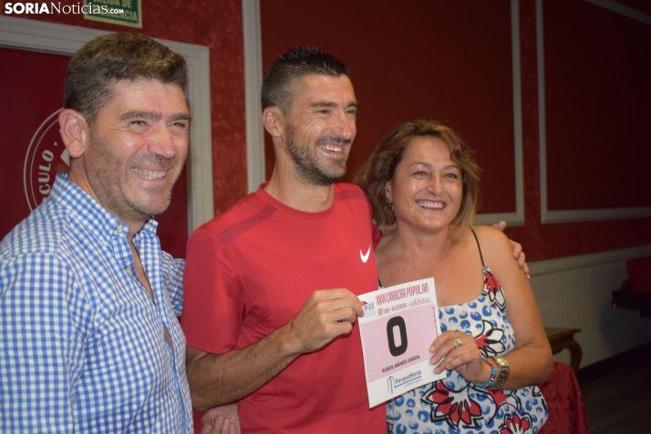 María Jesús Maján entrega el dorsal cero a Rubén Andrés, junto a Luis Oliver. /SN