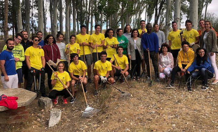 Estela López, con los jóvenes del campo de voluntariado. /Jta.