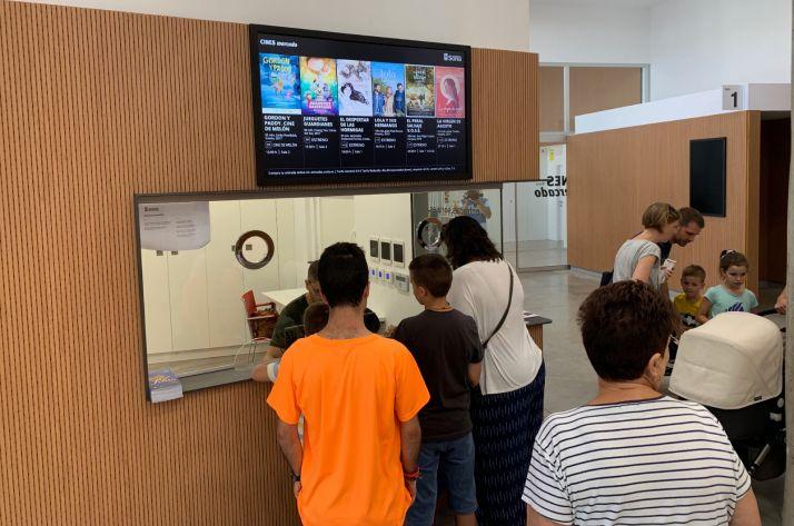 Niños y sus familias entrando a los Cines Mercado.