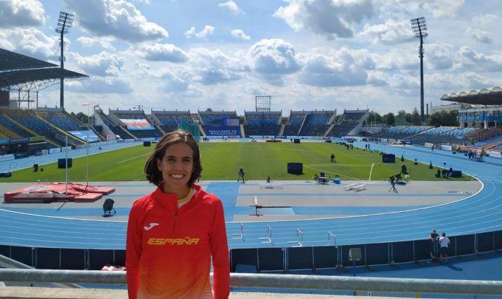 Marta Pérez, con la elástica nacional y el estadio de Bydgoszcz de fondo. Imagen cedida por la misma atleta