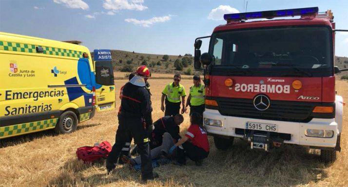Guardia Civil, bomberos y personal del Sacyl atendiendo al herido. /GC