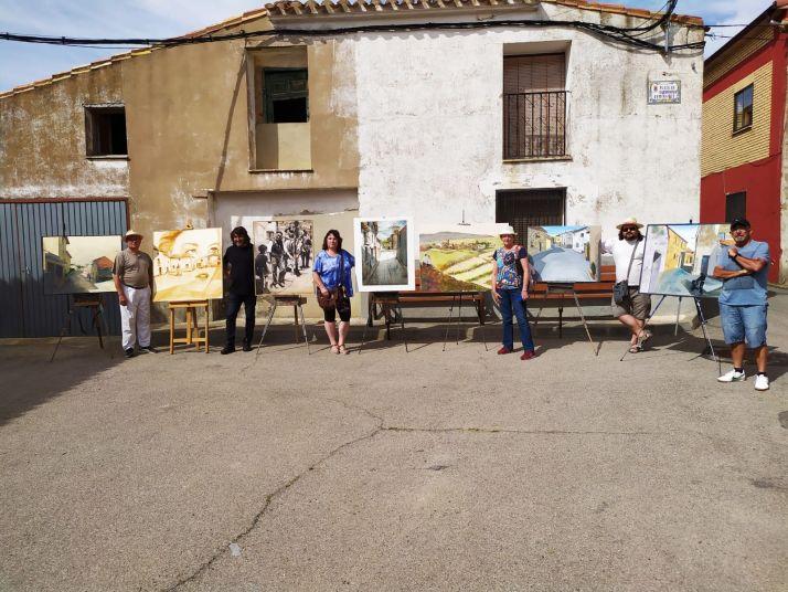 Los artistas con algunas de sus obras.