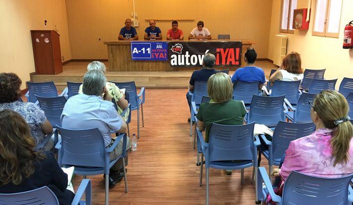 Imagen de la reunión este lunes en Aranda entre los distintos colectivos. /Soria Ya
