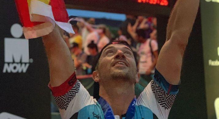 El soriano Víctor Corchón celebra la conclusión de su Ironman en Hamburgo.