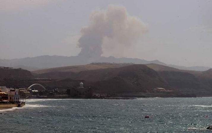 Vista del incendio desde la playa de Las Canteras.