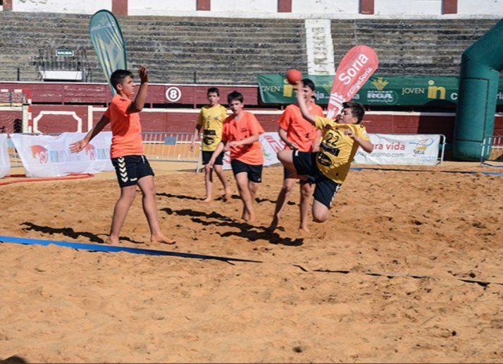 El II Torneo de Balonmano Playa dará comienzo mañana en el paraje del Peñón. BM Soria
