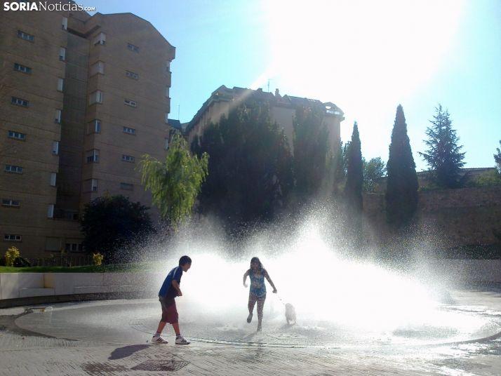 Dos jovenes se refrescan en Soria.