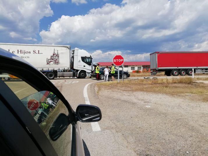 En Cabrejas del Pinar, aparatosa colisión entre un turismo y un camión, sin víctimas de por medio.