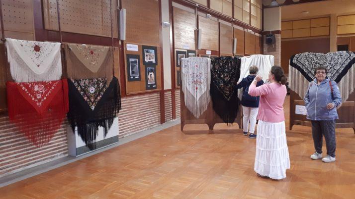 Foto 1 -  'Mary Satur' expone sus mantones de Manila este martes en El Royo