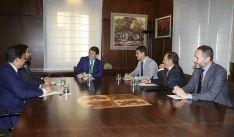 El presidente con responsables de administraciones abulenses y de la AECC de dicha provincia. /Jta.