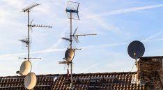 Un tejado con antenas para la recepción de la señal de tv.