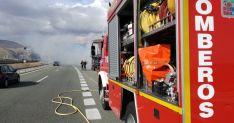 Una imagen de la actuación de los bomberos en la A-2 este viernes. /Diputación