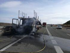 Foto 3 - Arde un camión en la A-2