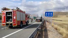 Foto 4 - Arde un camión en la A-2