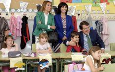 El presidente, con escolares en un colegio de Zamora. /Jta.