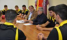 Ruiz (izda.) y Heras, con jugadores del BM Soria en la rúbrica del acuerdo.