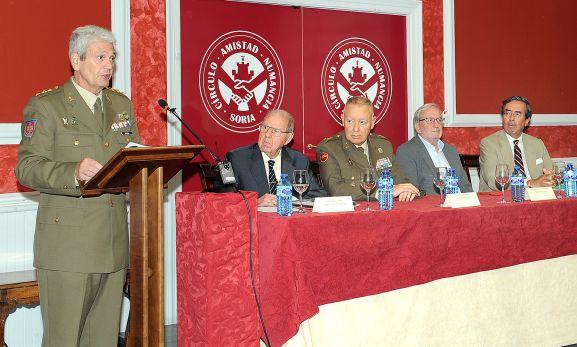 El coronel Fontana (izda.) abre la conferencia junto con la mesa de ponentes. .