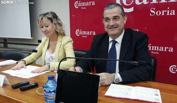 Alberto Santamaría junto a la directora general de la Cámara, Nuria Sánchez, hoy viernes. /SN