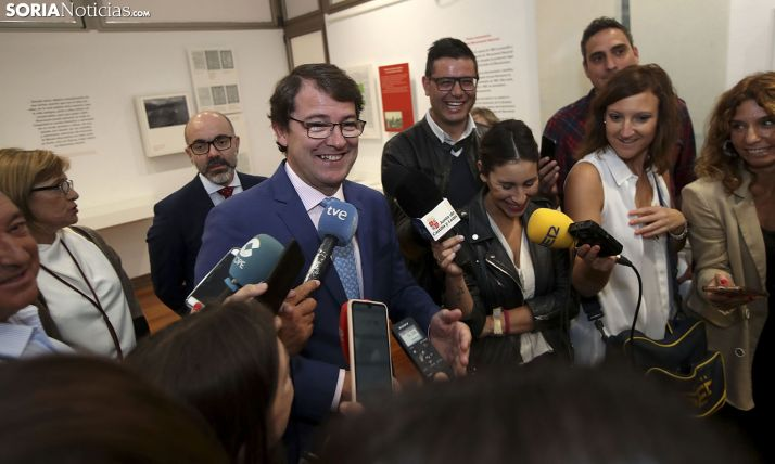 El presidente de la Junta, con los periodistas este miércoles en Soria. /SN